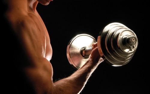 El ejercicio para el adelgazamiento de los hombros y la espalda