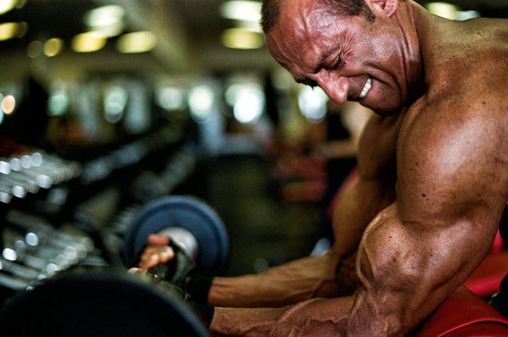 10 formas diferentes de hacer curl de bíceps
