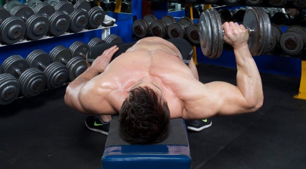 El entrenamiento de abdominales que nunca imaginaste: press de banca
