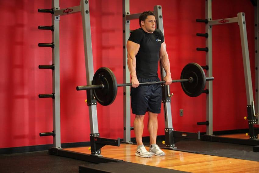 9 mejores movimientos compuestos para aumentar fuerza y tamaño: shrug