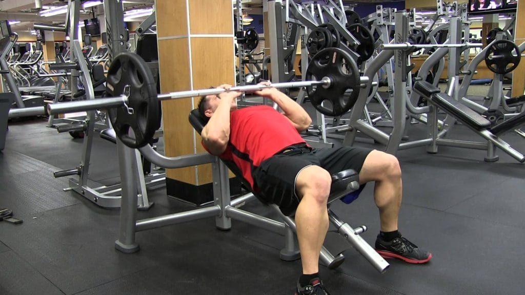 9 mejores movimientos compuestos para aumentar fuerza y tamaño: press de banca con agarre cerrado