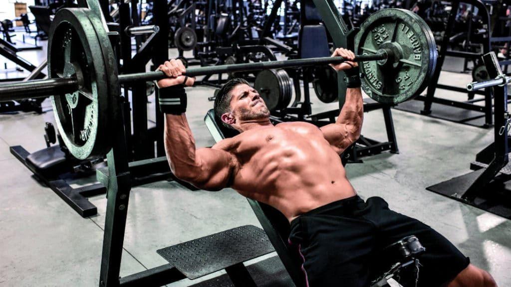 9 mejores movimientos compuestos para aumentar fuerza y tamaño: press de banca