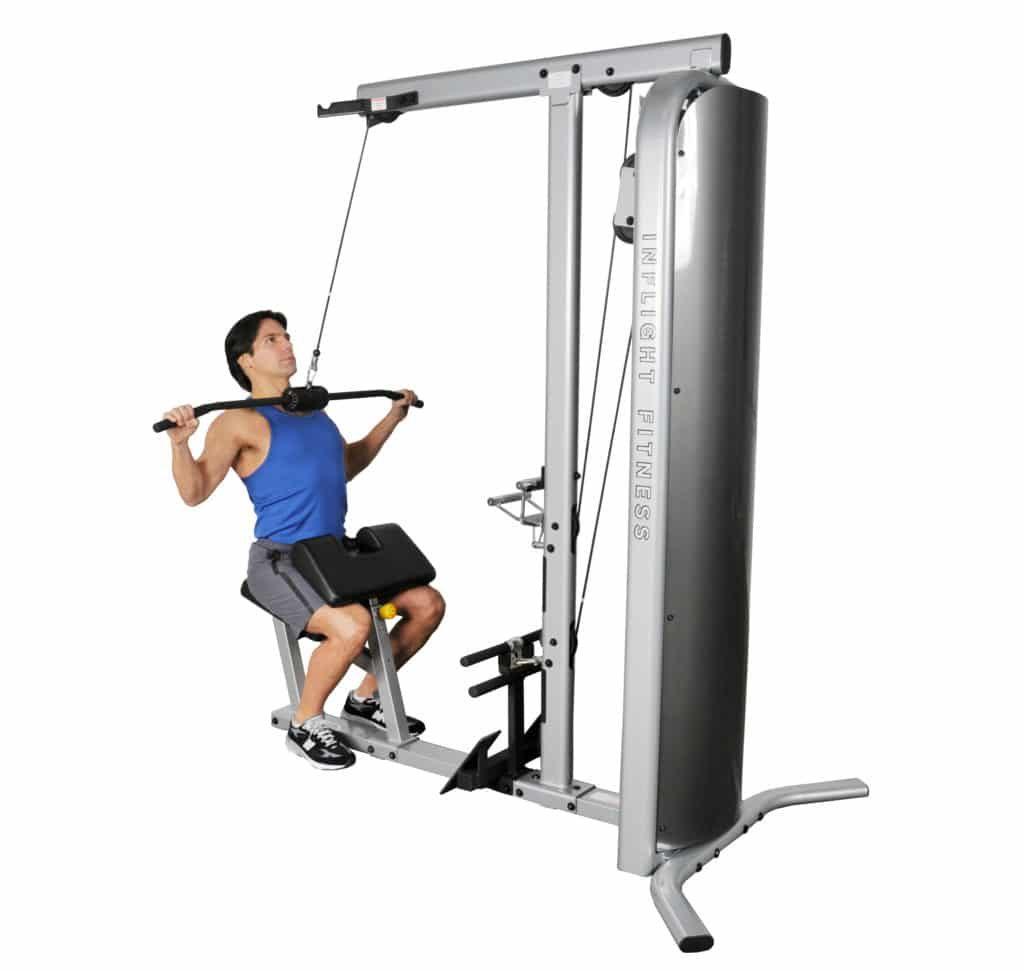 Movimientos para mejorar la fuerza corporal: lat pull down