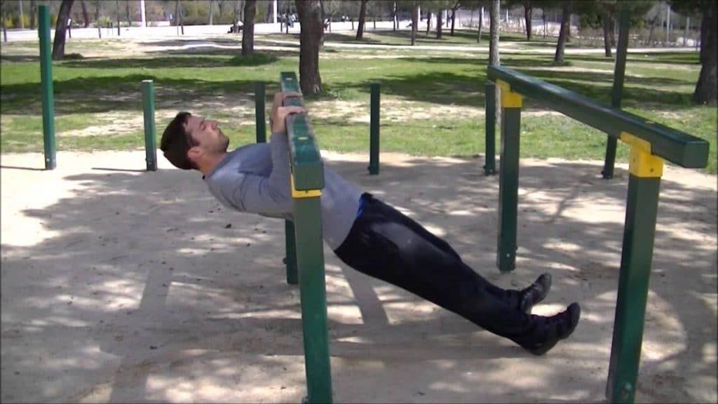 Movimientos para mejorar la fuerza corporal: pull up australiano