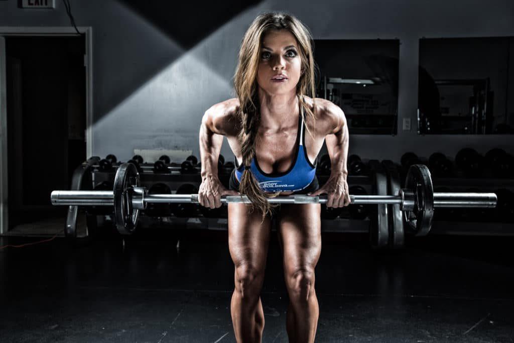 Movimientos para mejorar la fuerza corporal: remo bent over con barbell