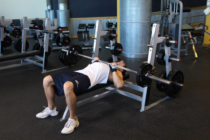 Movimientos para mejorar la fuerza corporal: press de banca