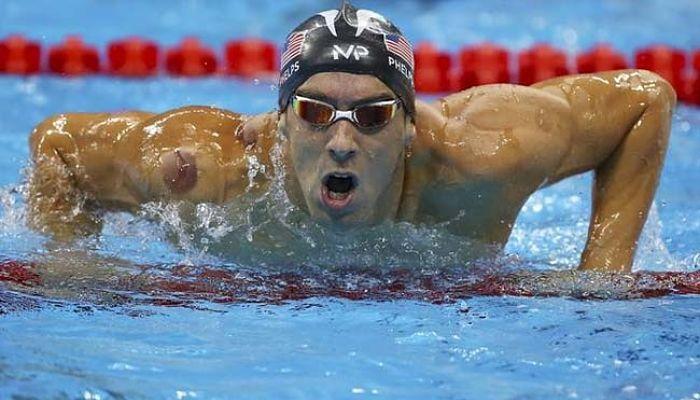 Michael Phelps compitiendo
