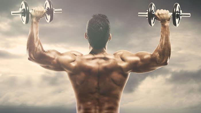 Hombre aplicando rutina de fuerza 5x5 en hombros