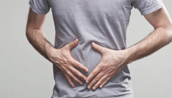 Distensión abdominal de un fitness